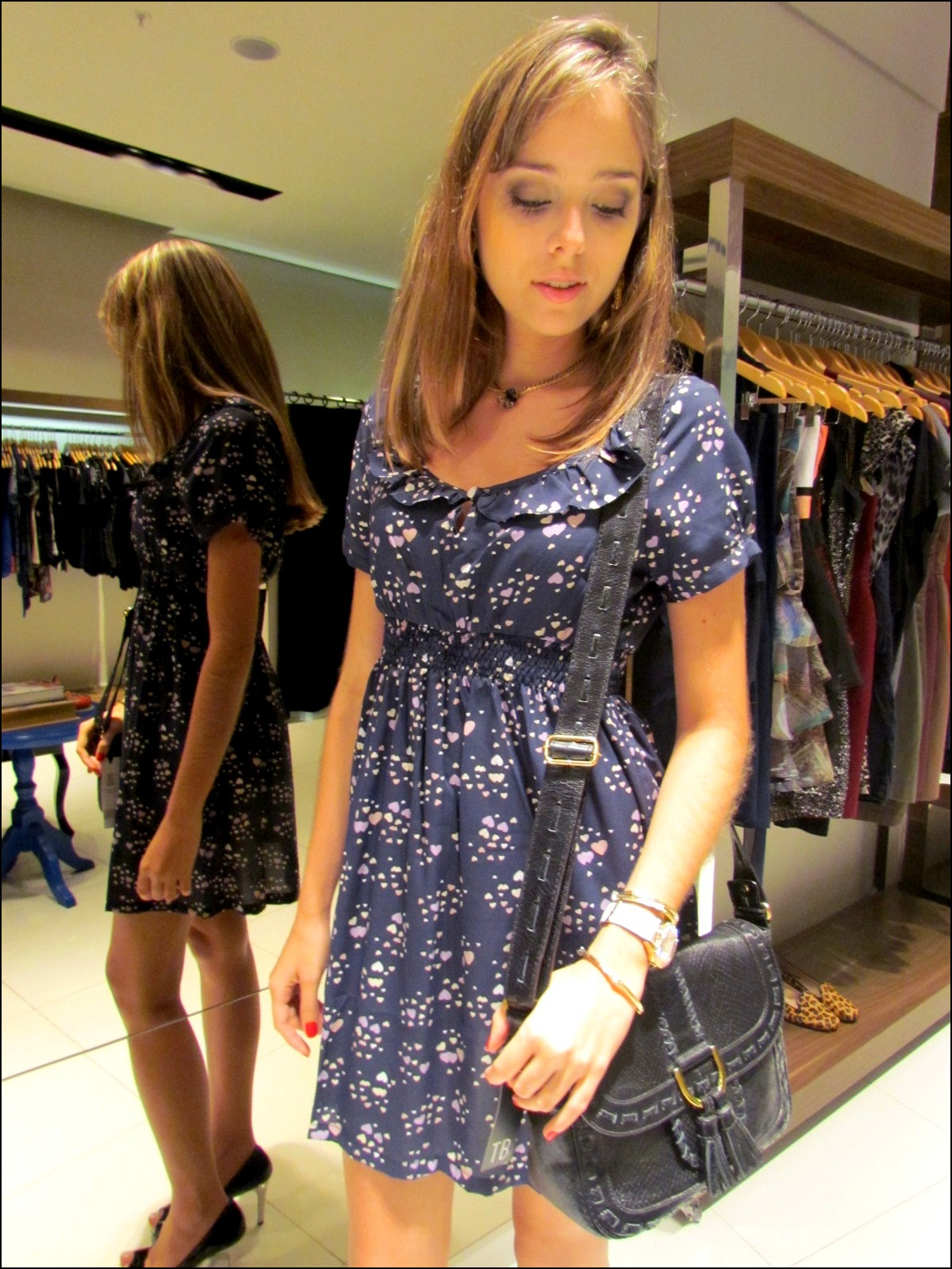 c0e090810 Camila Rodrigues usa vestido